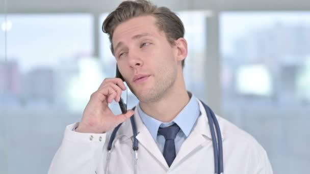 Portrét mladého muže Doktor mluví na Smartphone v kanceláři