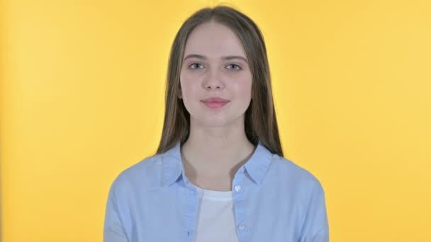 fliegender Kuss von einer lässigen jungen Frau, gelber Hintergrund