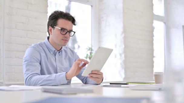 Ambiciózní podnikatel slaví úspěch na tabletu