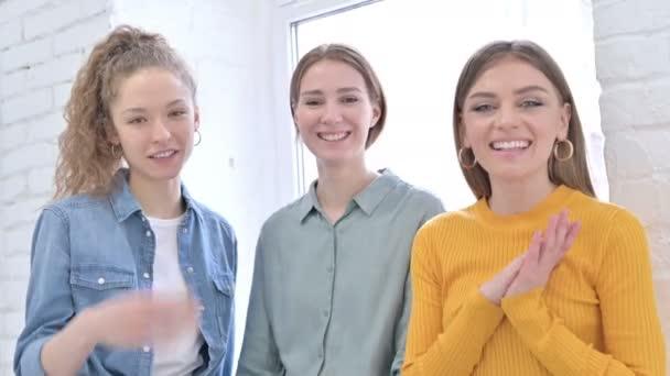 Attraktive junge Designerinnen beim Videochat