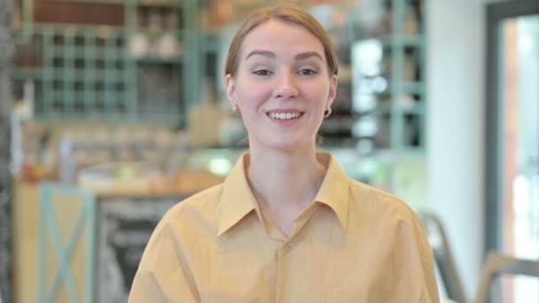Porträt einer jungen Frau, die in die Kamera zeigt