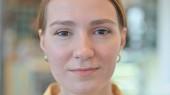 Közelkép a fiatal nő komoly arcáról