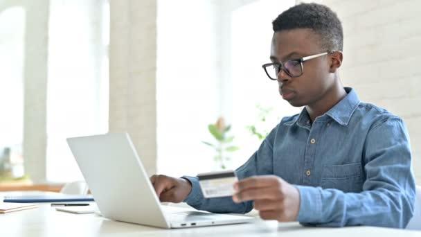 Fehlschlag bei Online-Bezahlung auf Laptop eines jungen Afrikaners