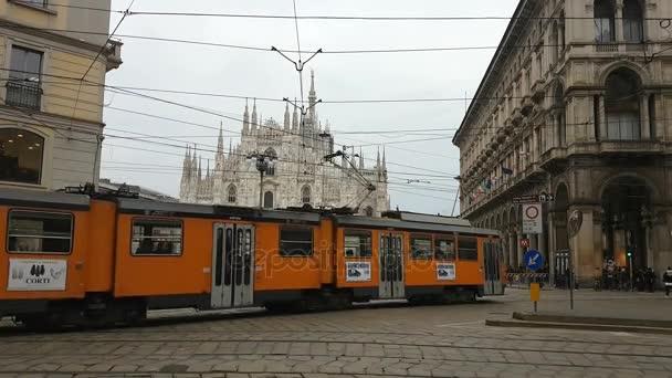 Milano - febbraio 2017 - Piazza Duomo, Cattedrale e Monumento a Milano, Italia con piazza piena di persone e turisti. Vista della città di Milano con auto e traffico