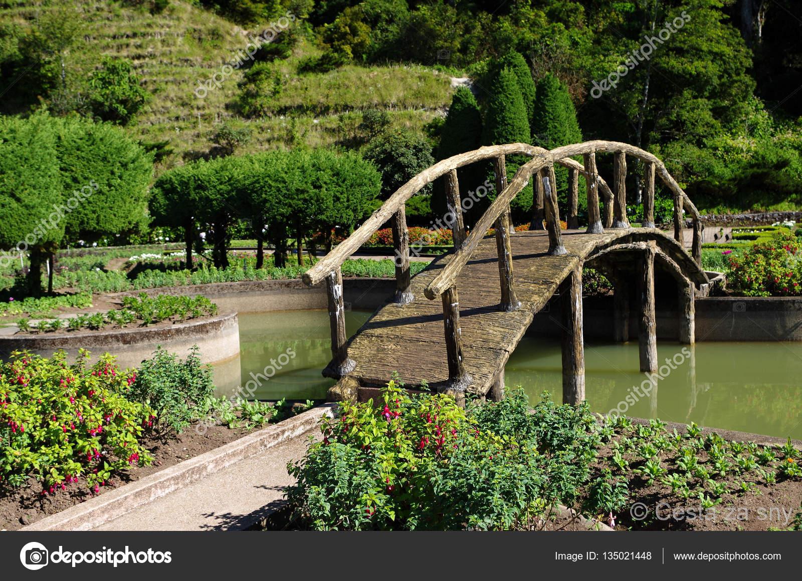 Holzbrücke Im Garten Stockfoto Malda08 135021448