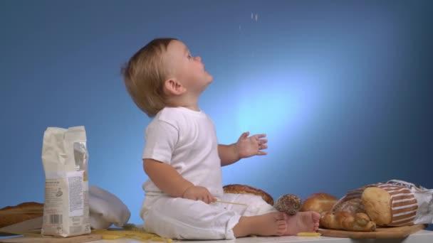 baker dítě hraje s odléváním mouky