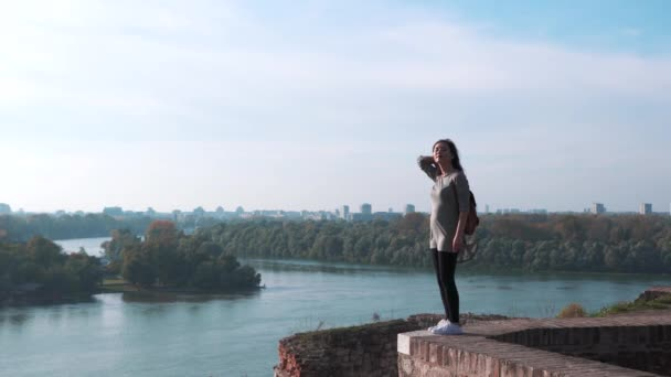 Dívka turistickou relaxaci na te vrcholu věže