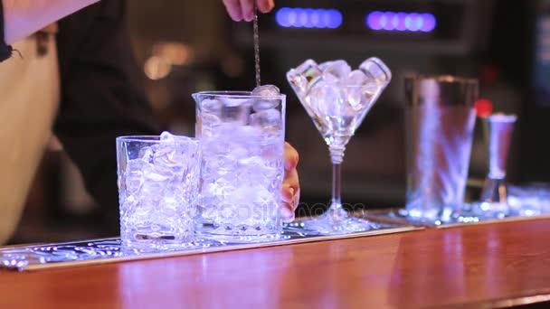 miscelazione cocktail alcolico barista