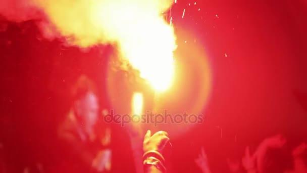 sziluettek koncert tömeg tűz a kezében