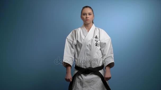 Egy nő, egy elszigetelt kék karate póz