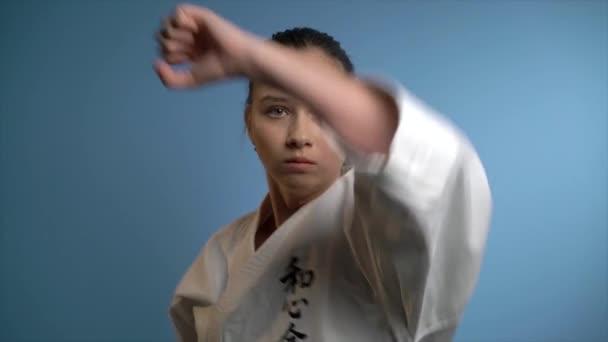 Egy nő így karate blokk ütés