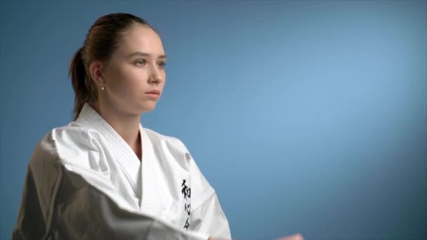 Žena dělat karate zablokování děrování
