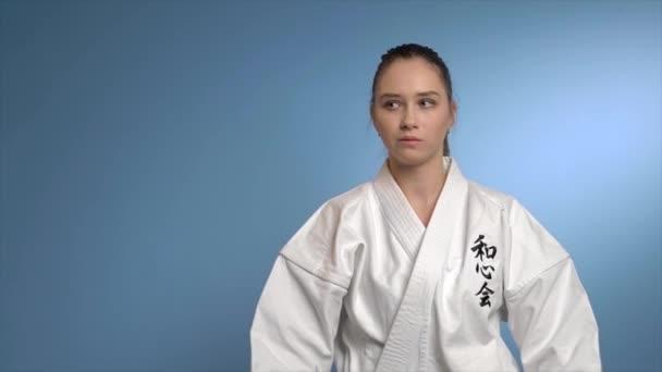 A karate nő nunchuck