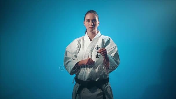 Žena dělat karate údery izolované na modré