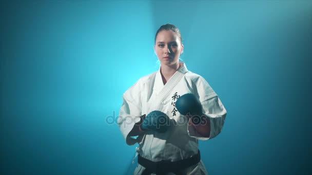 Dívka dělat karate údery