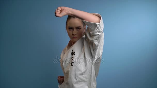 Žena, která dělá karate blokové děrovačky