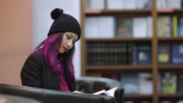 boldog diák lány olvasás könyv-tár