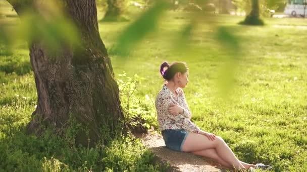Szépség lány a fa alatt