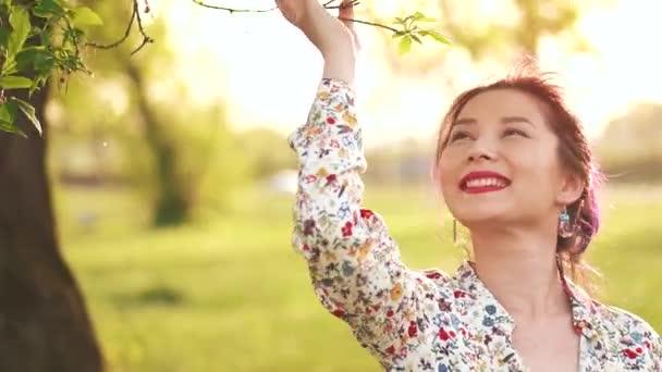 A természet élvezete szépség lány a szabadban