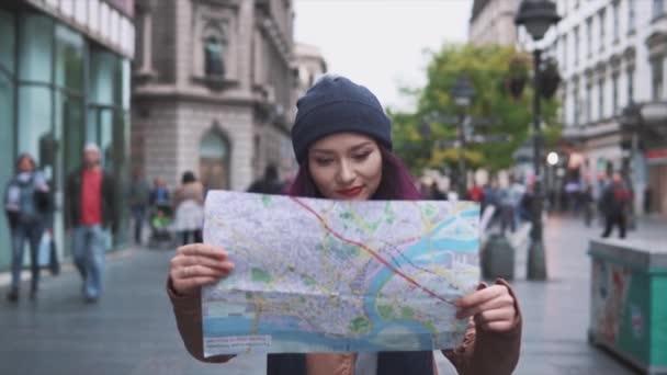 Žena turistické procházky s mapou na ulici