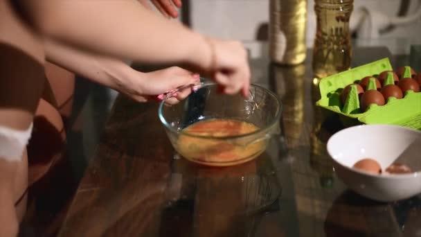 nahé holky dělat těsto v kuchyni