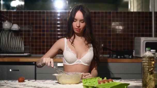 Dívka dělat těsto v kuchyni