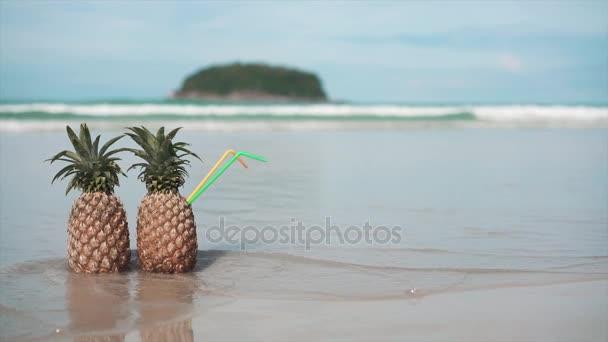 két ananász a strandon