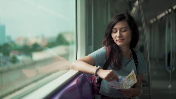 dívka cestující v metru a hledá v mapě