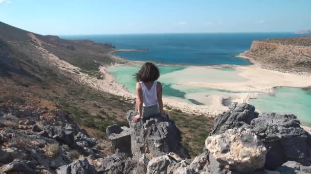 Boldog lány nő állt a szikla hegy