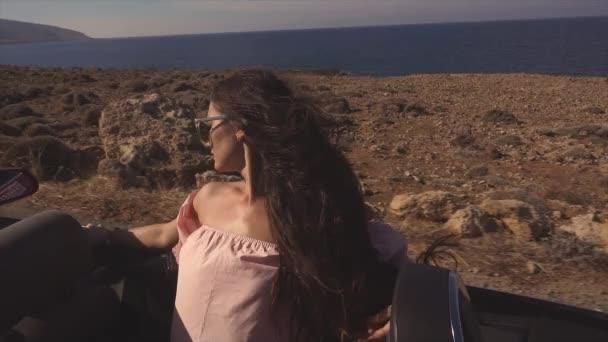 Sexy luxusní girl jízdy na kabriolet