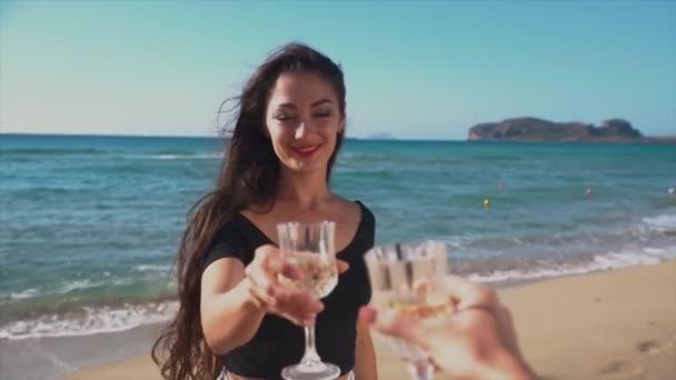 Na zdraví přátel s vínem brýle na pláži