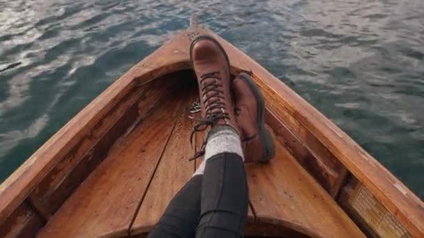 Touristinnen entspannen sich auf einem Boot