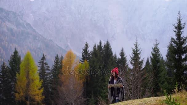 Dívka s mapou na cestách