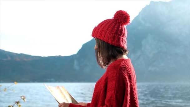 Tramp dívka s mapou v horách