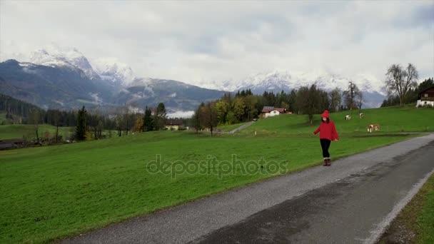 mladá žena na cestách