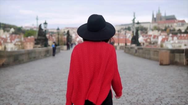 Egy fiatal hölgy visel kalapot séta Prága