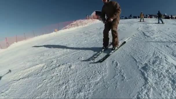 Skifahrer beim Reiten auf Bergschanze
