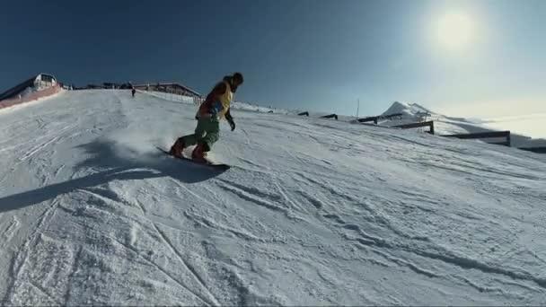 Snowboardista v ježdění na horských hill