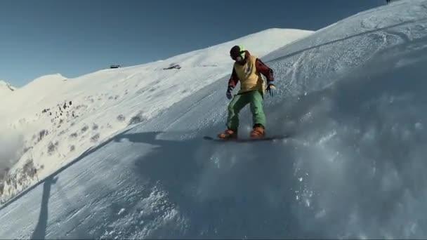 Snowboardista v ježdění na kopci strmý horský