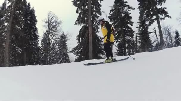 Starší lyžař v ježdění na horských hill
