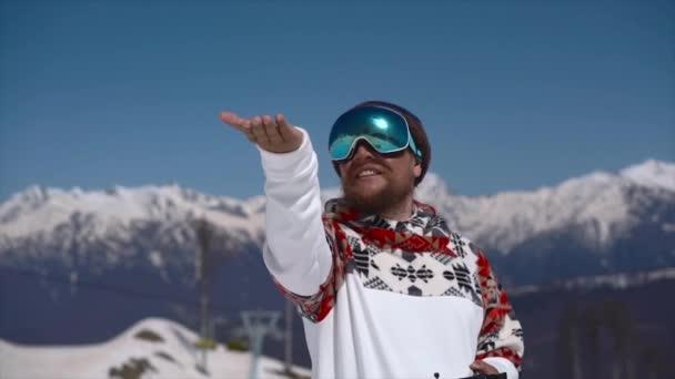 Snowboarder landet Drohne auf der Hand