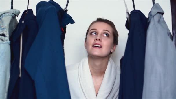 Žena, výběrem oblečení doma skříň