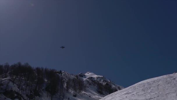Drohne mit blauem Himmelshintergrund