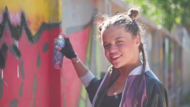 Szexi csintalan fiatal lány graffiti művész aeroszol spray a kezében. Szabadság, életmód, kultúra. Kreatív tinédzser mosolyog. Kreatív művészet. Tehetséges női hipszter diák rajz kép.