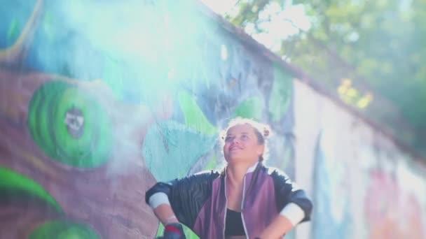 Svoboda, životní styl, kulturní koncept. Odvážná tvořivost. Krásná mladá dívka sprejování barevné aerosolový sprej ve vzduchu v horkém letním dni. Kreativní umění. Talentovaná hipsterka kreslí obrázek