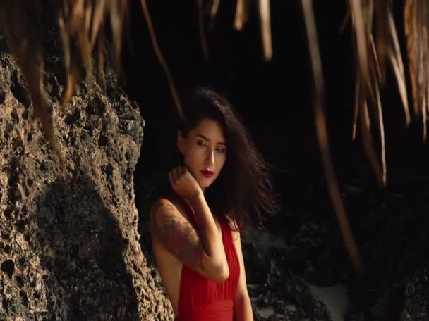 Krása, cestování, dovolená, módní koncept a životní styl. Mladá krásná smíšená závodnice se slamákem a v červených šatech v horkém letním dni během dovolené. Hezká asijská dívka usmívající se portrét.