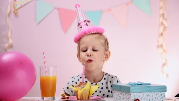 narozeniny dívka foukání svíček