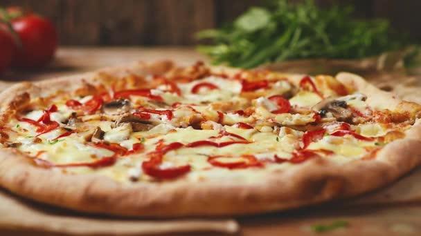 pizza fából készült asztalon