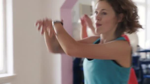 Lidé tančí zumba v tělocvičně