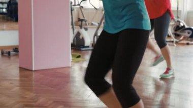 Nők zumba tánc